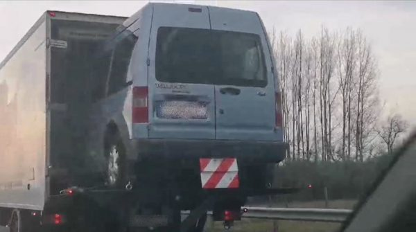 FOTÓK: Lenyitott emelőhátfallal közlekedett az M5-ön, hogy felférjen még egy autó