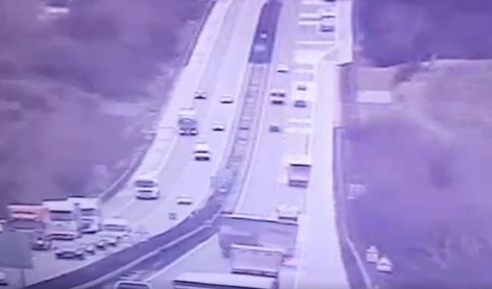 Hátborzongató VIDEÓ került nyilvánosságra a mai M1-esen történt kamion balesetről