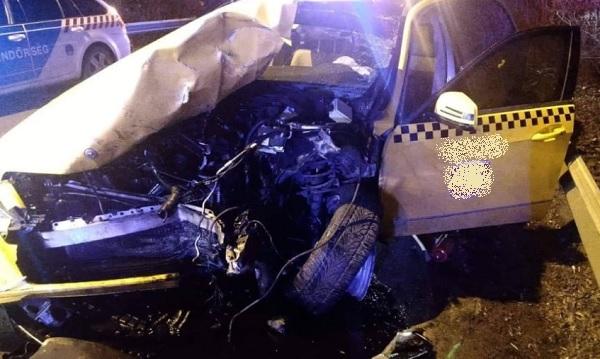 FOTÓK: Két autó ütközött a Ferihegyi Repülőtérre vezető úton – Az egyik autó felborult, egy férfi életét vesztette