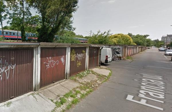 Elbontatják a bérlőkkel a garázsokat a 14. kerületi Francia úton, hogy helyükön 450 férőhelyes parkoló legyen