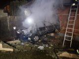 VIDEÓ: Ház falának ütközött, majd kigyulladt egy autó tegnap Veresegyházon – Az autó sofőrje elmenekült