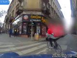 VIDEÓ: Kamikáze bringás futár – A kaja melegen jó, de a testi épséged azért lehetne fontosabb
