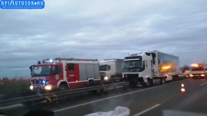 VIDEÓ: A szalagkorlátra futott egy kamion az M1-esen