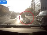 VIDEÓ: Nem megfelelő szállítás – Elinduláskor köpte ki magából a gépeket a furgon