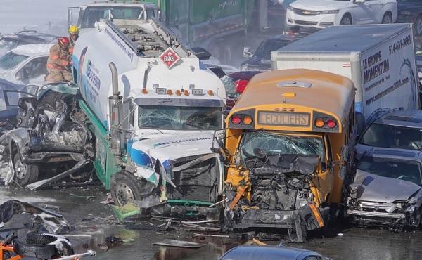 VIDEÓ: 200 autó csúszott egymásba tegnap Montreálban – Két ember életét vesztette