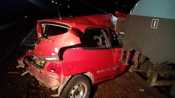 FOTÓK: Másodperceken múlhatott egy autós élete – Két vonat is letarolta az autóját, miután elakadt az átjáróban