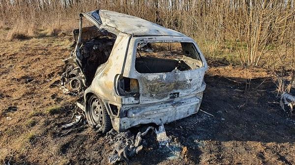 FOTÓK: Borzalmas baleset – Frontálisan ütközött két autó, a vétlen autó sofőrje és utasa az autójukban égtek halálra