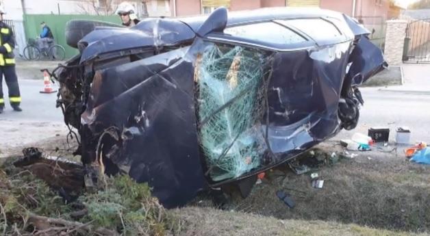 VIDEÓ: Fiatalokkal teli buszmegállóba csapódott egy autós – Centiken múlott a tragédia