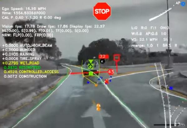 VIDEÓ: Megmutatta a Tesla, hogy mit lát az önvezető kamerája