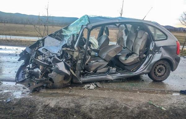 FOTÓK: Személyautó és teherautó rohantak egymásba reggel Pomáznál – az autó sofőrje életét vesztette