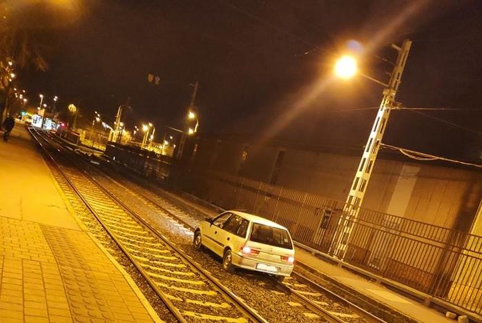 FOTÓK: Szerettük volna azt hinni, hogy a múltkori eset egyedi, de nem – Ismét sínekre hajtott egy autós
