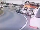 VIDEÓ: Versenyautót megszégyenítő módon ment át a síneken. Pedig jött ám a vonat