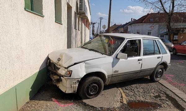 FOTÓK: Autónak és egy bolt falának ütközött az ámokfutó nő, majd elmenekült utasával együtt