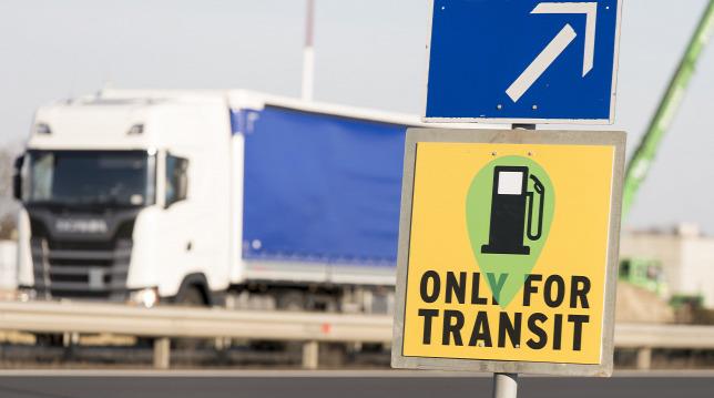 Új közlekedési táblák jelentek meg a magyar utakon a járvány miatt