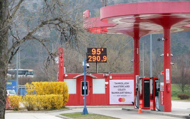 Több helyen 300 forint alatt a benzin, mert jelenleg nem kell szinte senkinek
