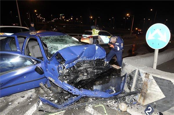 FOTÓK: Villanyoszlopnak csapódott egy autó hajnalban a 14. kerületben – A sofőr életét vesztette