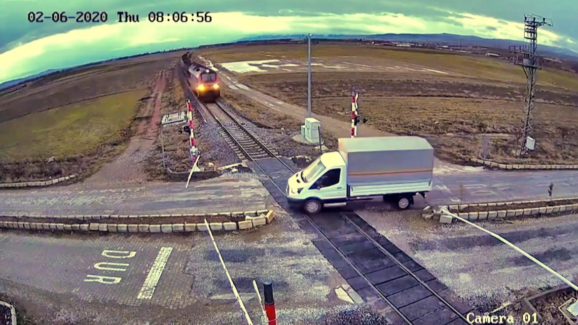 VIDEÓ: Nem fékezett időben a teherautós – épp a sínen állt meg, ahol jött a vonat
