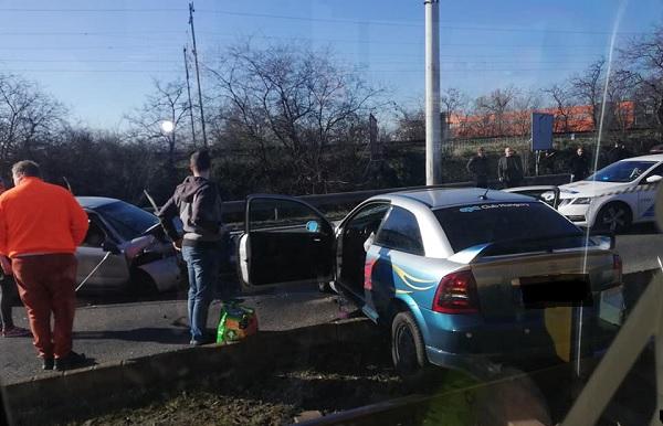 Frissítve! Két autó ütközött össze reggel a Rákóczi híd Pest felé vezető oldalán