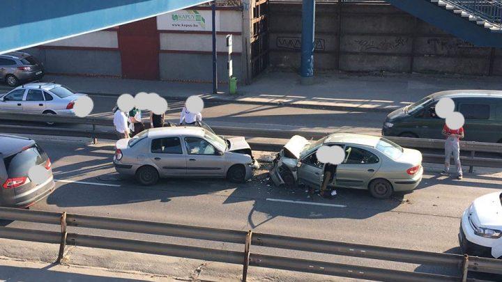 FOTÓK: Frissítve! Fontális karambol a Ferihegyi repülőtérre vezető úton