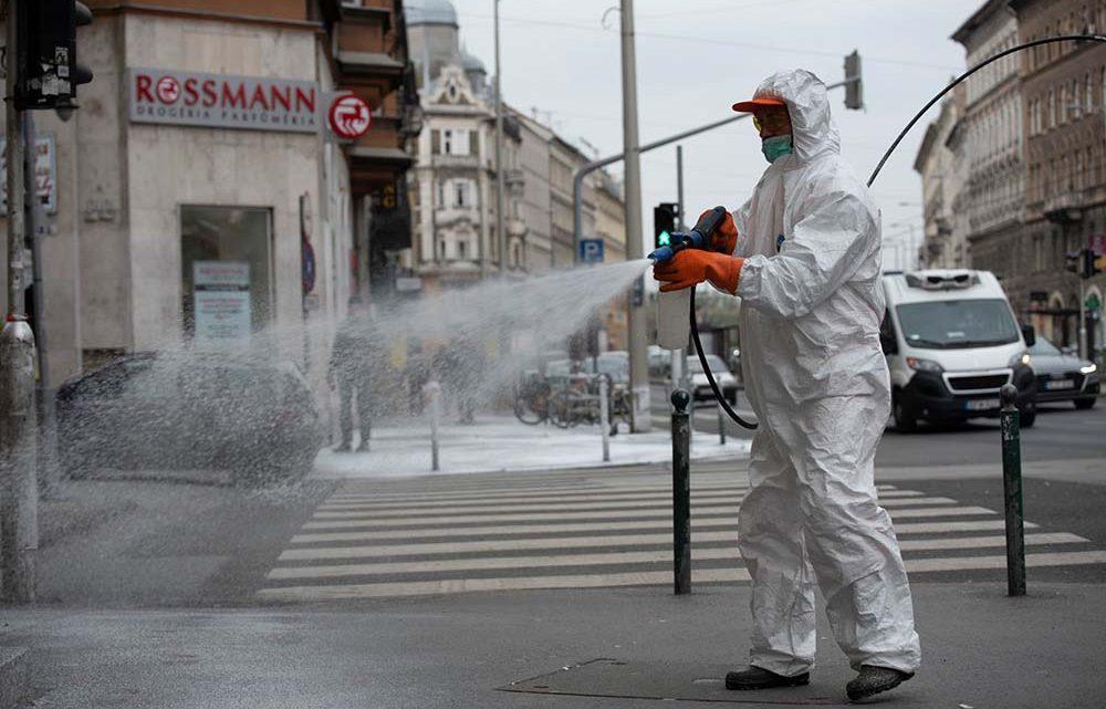 Fotók: utcafertőtlenítés Budapesten, a Ferenc körúton