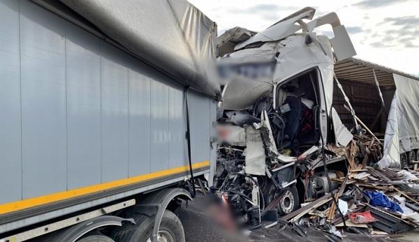 FOTÓK: Négy kamion ütközött reggel az M1-en – Egy ember életét vesztette