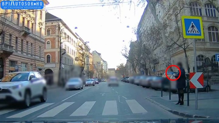 Videó a ZOMBI, telefonnyomkodó gyalogosról, aki még a dudálásra sem reagál