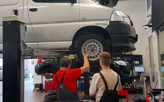 Ingyen szerel autót egy szerviz Csepelen a közszolgálatot ellátóknak