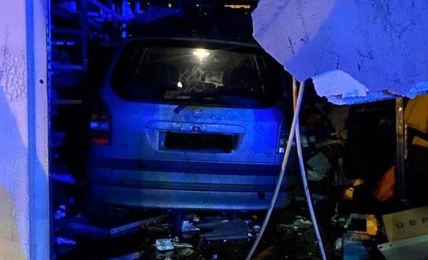 Autósboltba hajtott egy kocsi Pécsen