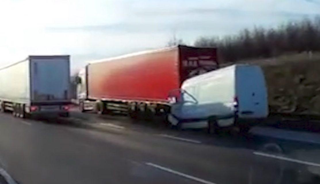 VIDEÓ: FRISSÍTVE! Kamion hátuljába szaladt egy kisbusz az M0-áson