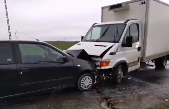 VIDEÓ: Személyautó elé kanyarodott a teherautós – Az autó sofőrje életét vesztette