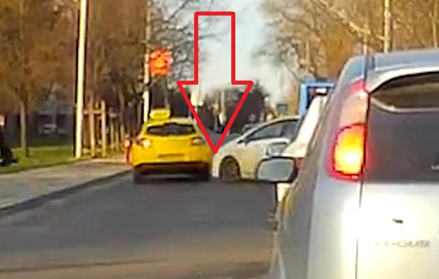 VIDEÓ: Fogadjunk, hogy az ujjad nem merted volna a két autó közé tenni