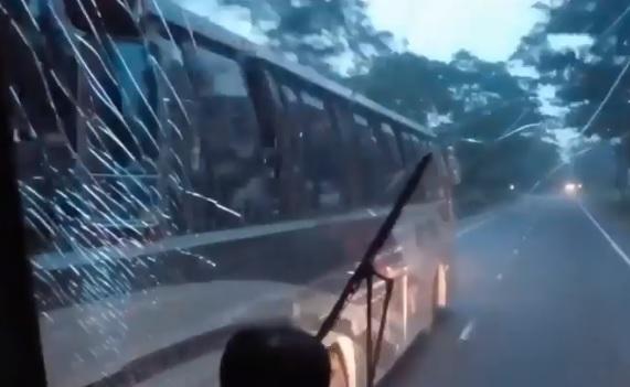 VIDEÓ: Ahogy ez a buszos hasít azt még nézni is para