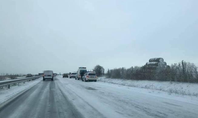 FOTÓK: Havazás, hószállingózás, csúszós utak és sajnos balesetek jellemzik a hétfő reggelt