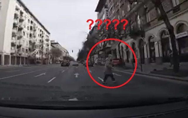 VIDEÓ: Gyalogátkelő? Ugyan már – Békésen átbattyogott a néni a többsávos Üllői úton