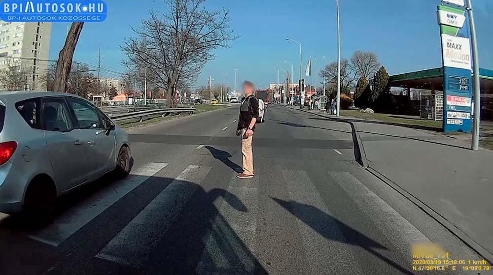VIDEÓ: Megint a gyalogos mentette meg a saját életét a Kerepesi úton