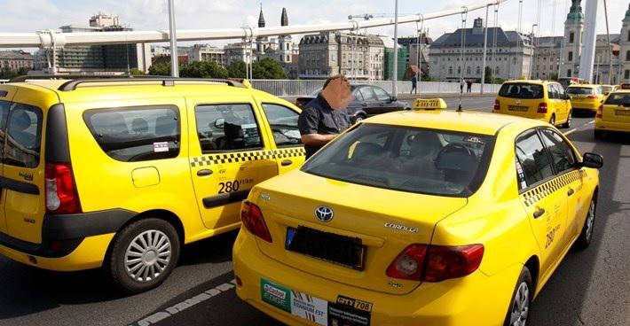 Fővároson belül ingyen, vidékről benzin áron vállal sok taxis fuvart – Így próbálnak segíteni