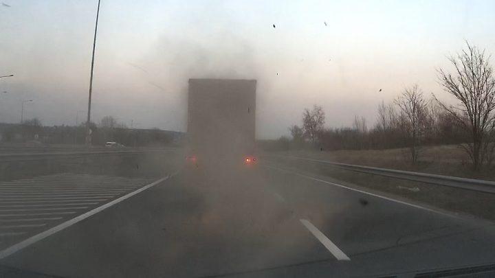 VIDEÓ: Olvasónk előtt robbant fel egy kamion kereke defekt miatt