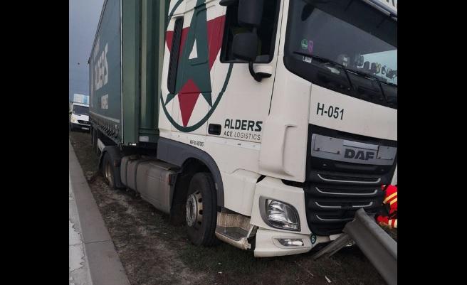 Szalagkorlátnak ütközött egy nyerges vontató az M0-s autóút M3-as autópálya felé vezető oldalán