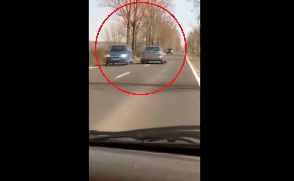 VIDEÓ: Közúti veszélyeztetés – Többször is veszélyesen áttért az autós a szembe sávba
