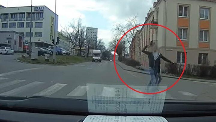 Gusztustalan, amit ez a férfi tett a gyalogátkelőn, miközben piroson ment át