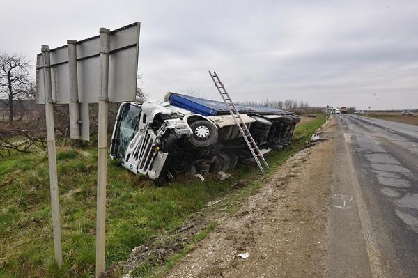 FOTÓK: Későn vette észre a teherautós az előtte megálló teherautókat – Nekik ütközött, majd árokba borult