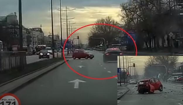 VIDEÓ: Ez a brutális baleset simán elkerülhető lett volna, ha nem száguldozik az autós