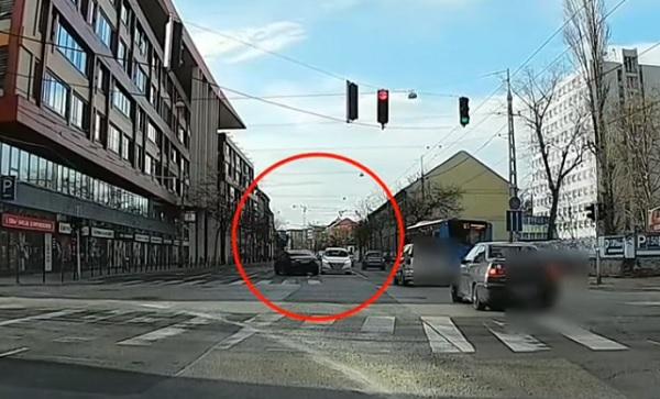 VIDEÓ:  Mégis mi a frászt csinált ez a sofőr – Talán duplán látta a lámpánál álló autót?