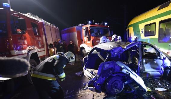 VIDEÓ: A telefonját nyomkodta a sofőr, ezért nem vette észre, hogy a sínre lóg az autója