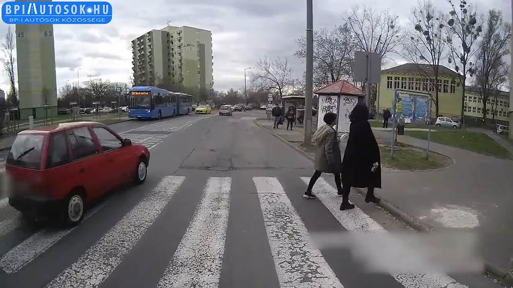 24 másodperc, 7 autó! Egyetlen videóban a szégyenteljes színvonalú közlekedési morál