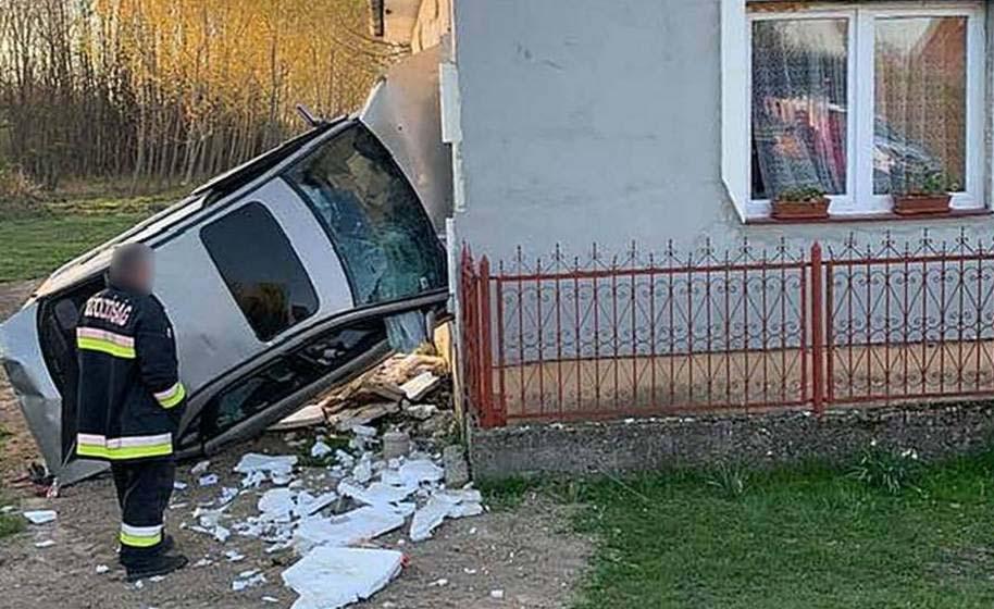FOTÓK: Ketten aludtak a házban, amikor átszakította a falat a kocsi