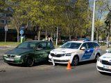 Zöld jelzésen elindult egy fülhallgatós gyalogos, aki nem vette észre a szirénázó rendőrautót