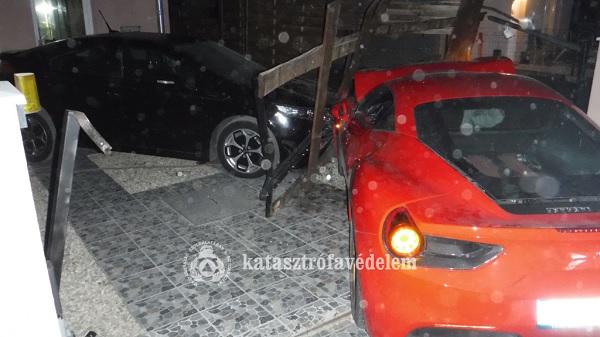 FOTÓK: Ferrarival csapódtak be egy sorház udvarába Délegyházán