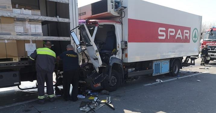 FOTÓK: Két tehergépkocsi ütközött az M0-ás autóúton Gyálnál