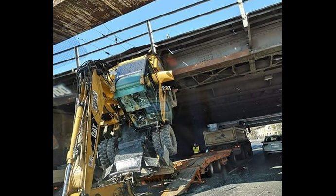 FOTÓK: Munkagépet szállító teherautó akadt fent a Hungária körút egyik felüljárójában
